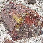 Von Eisenoxid rötlich gefärbtes Gestein