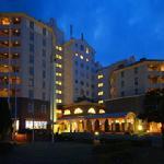 夜のホテルの外観。けっこう目立ちます。