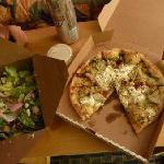 テイクアウトしたピザとサラダ
