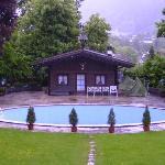 Blick auf Schwimmbad und Häusl