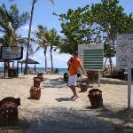 Camino de entrada a la playa del hotel