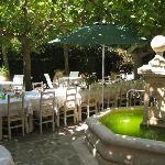 Petit déjeuner et repas sur la terasse ou dans le jardin