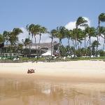 foto tomada desde el agua, donde se ve la playa y el hotel