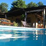 piscina abierta con solarium