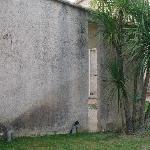 Vue de notre terrasse, mur très sal, aucune propreté
