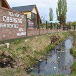 Frente del complejo con aguas servidas