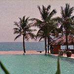 Blick vom Resort über einen der Pools aufs Meer