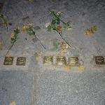 Placas recordatorias de victimas del holocausto en la calle que va al restaurante