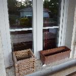 décor de fenêtre et trou dans la vitre