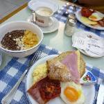 朝食は種類豊富。パンも色々