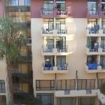 Balkonblick auf die gegenüberliegende Balkone