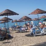 Strandansicht mit unbeweglichen Sonnenschirmen