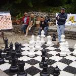 partita a scacchi nel quartiere medievale
