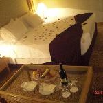 Unser Bett mit Rosenblättern