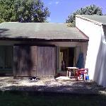 il retro del bungalow con giardino e tavolino