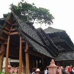 โรงแรมออกแบบให้เป็นรูปแบบราชวังโบราณของพม่า