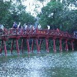 Brücke zum chinesischen Tempel am See
