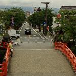 参道入口の鳥居の下から神橋と甲府駅方面を見る