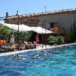 La piscine et la terrasse du jardin