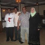 Inhaber des Restaurantes mit Gäste