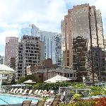 Der Hotel-Pool befindet sich inmitten der Hochhäuser von Vancouver auf einer Dachterrasse