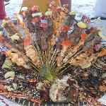 Aragoste, gamberi e spiedini di zebù