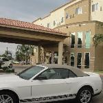 Fachada y parking gratuito