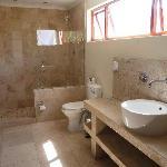 Das schöne grosse Badezimmer der Gardensuiten