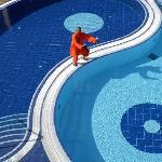 Yin Yang Pool mit Shaolin Mönch