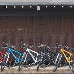 待機中のMTBたち/ All our bikes, ready to go!