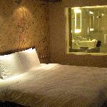 Zimmer mit Fenster zumBad
