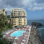 Teil des Hotels, Blick auf Pool und Anlage