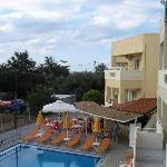 Hotellutsikten bakom träd havet
