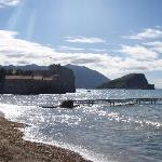 Budva vom Strand gesehen