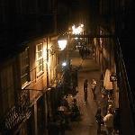 部屋から見た夜の小路