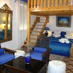 suite duplex avec mezzanine,deux grand lits aménagée avec gout traditionel marocain.capacite de