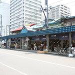 通りに面して海鮮食材を扱うお店が並びます。この先にはお寿司屋さんが軒を並べています