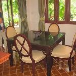 Matsalsbord och stolar