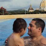 con mi hijo en la piscina del hotel