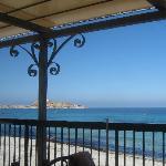 Le restaurant s'ouvre directement sur la mer par une vaste terrasse...