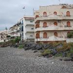 das beschriebene Hotel ist das weiße Gebäude