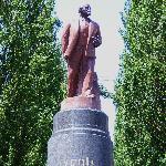 Zwischen Bäumen versteckt, hat dieser Lenin die orangene Revolution überlebt