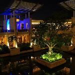 Edificio Principal - Lobby de Noche