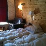 Das Bett und eine kleine Sitzecke