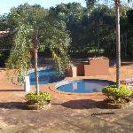 piscina y jardín del hotel