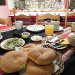 Se desayuna mate de coca con agradable pan del lugar