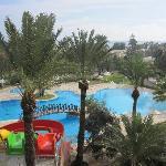 Blick vom Hotel auf Poolbereich