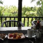 朝食はテラスで。フルーツ、パンケーキ、オムレツがでました。