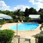 La piscine et le restaurant du village de Ménard