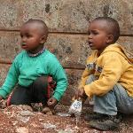 Kinder spielen mit Glas